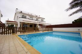 Charming Semi-Detached House wth a pool!