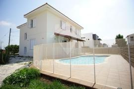 Spacious 4bedroom House with nice garden & pool